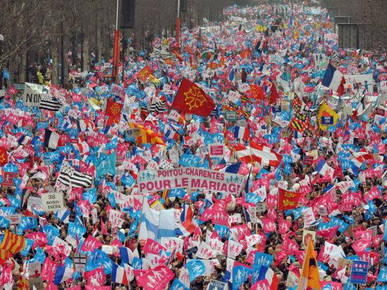 巴黎万人游行反同性婚姻