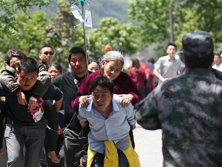 当地居民帮助背负伤员赶往医院