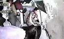 实拍大巴高速倒车追尾 司机乘客飞出窗外