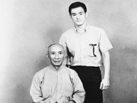 一分钟打败日本高手的咏春拳宗师叶问和弟子李小龙