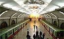 记者探访平壤地铁 装饰奢华乘客行色匆匆