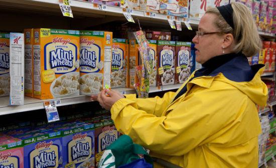 一位消费者悄悄在转基因食品上贴标签