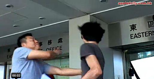6月19日,进法院前,招显聪(右)与他的一名支持者