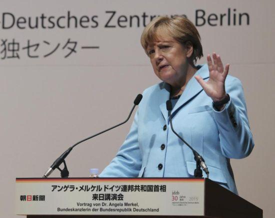 """默克尔9日在日本""""朝日新闻基金会""""组织的活动中演讲。"""