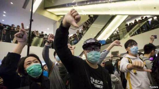 2月15日,香港一个购物中心里, 港人与大陆游客发生摩擦