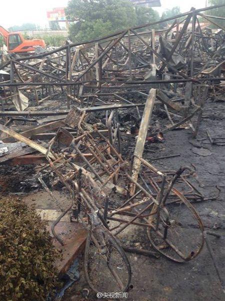 图为在大火中被烧成铁架的轮椅