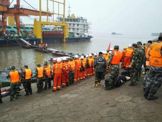 6月2日,救援人员在事故发生地附近江畔集结。供图:新华社