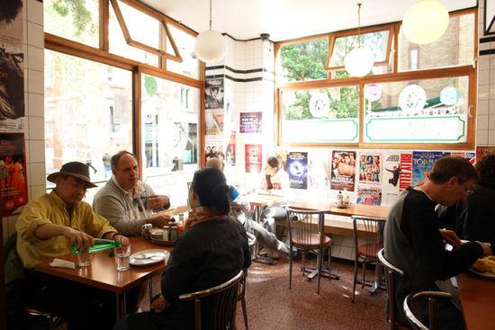 一家最古老的炸鱼薯条店『Rock & Sole』,店内还是保留着往昔的特色,白瓷砖、水泥地……简陋却传统。