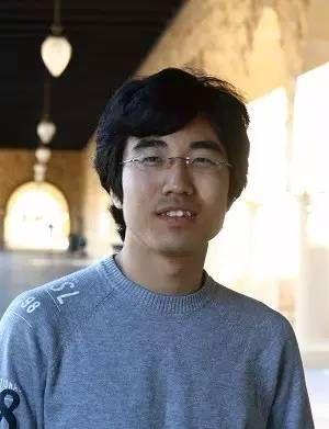 祁晓亮,1983年出生于辽宁康平,2003年本科毕业于清华大学,后师从清华高等研究中心翁征宇教授攻读博士学位,2007毕业后跟随美国斯坦福大学物理系教授张守晟从事博士后研究。2009年,26岁的祁晓亮任斯坦福大学物理系助理教授。他的主要研究方向为凝聚态物理中的拓扑现象、量子纠缠和全息对偶问题,在量子自旋霍尔效应、拓扑绝缘体及相关领域作出一系列原创性工作。图片来源:斯坦福大学官网。