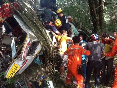 泰国旅游巴士翻车坠山 11人遇难无中国人(图)