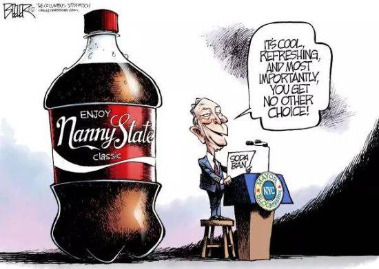 """一张讽刺纽约市苏打水禁令的漫画。图中纽约市长布隆伯格手拿苏打水禁令,说""""这(个禁令)很酷,很清爽,而且最重要的是,你别无选择!""""。背后的大可乐上面写""""保姆国家(Nanny State)""""。整张漫画嘲讽的是政府公权力对人民行为自由的越界干涉,也反映了在针对肥胖症的公共卫生活动中面临的两难选择。(图片来自www.pinterest.com)"""