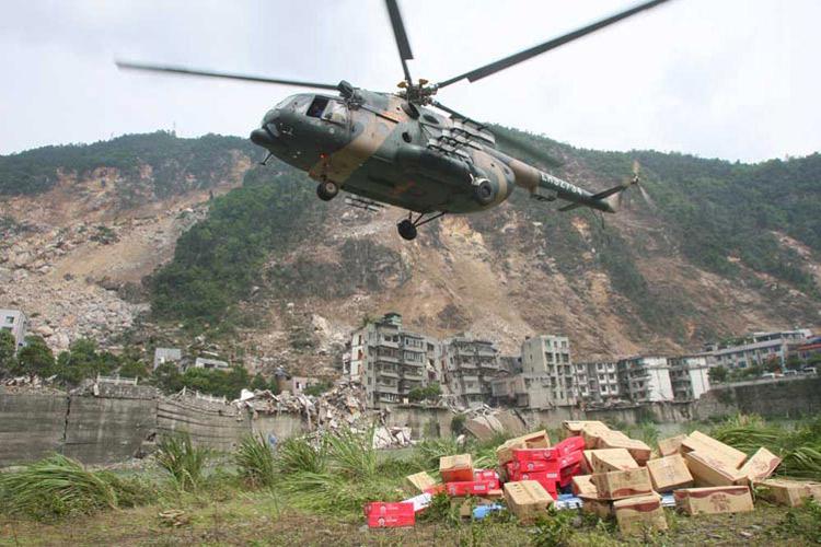 图文:直升飞机运送救灾物资