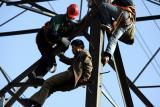 图文:男子爬高压铁塔轻生获救