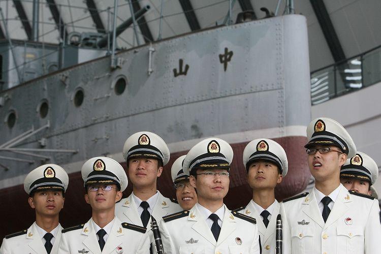 图文:武汉海军工程大学学生参加中山舰