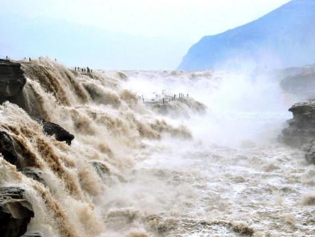 黄河在咆哮!壶口瀑布壮观桃花汛