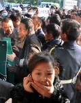 图文:区委书记遭围堵与会居民打电话报平安