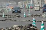 图文:车辆在新修的路上艰难的穿行