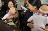 图文:准外婆学习如何照看宝宝