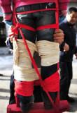图文:小孩要被从脚到大腿根结实地绑在架子上