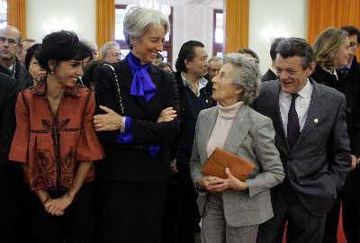 胡锦涛送法国总统萨科齐母亲披肩(图)
