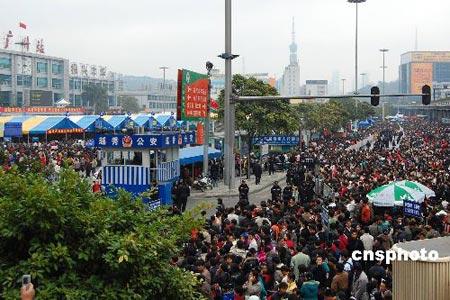广州滞留旅客近80万铁道部继续调集机车支援