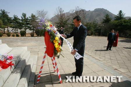 中国外交官祭扫朝鲜桧仓志愿军烈士墓