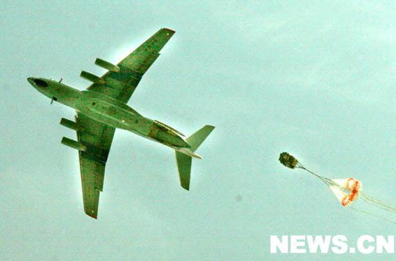 空军向灾区空投5吨救灾物资