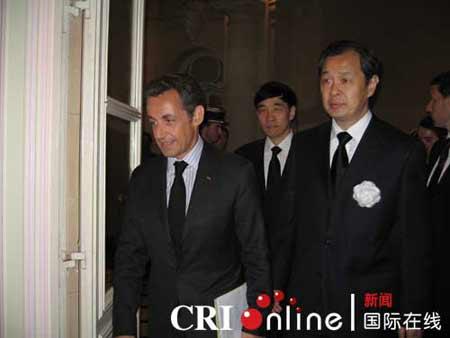 法国总统到中国驻法使馆悼念四川地震遇难者