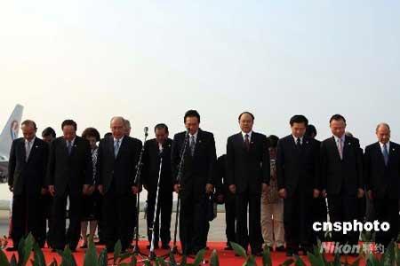 吴伯雄抵达南京为四川地震遇难同胞默哀一分钟