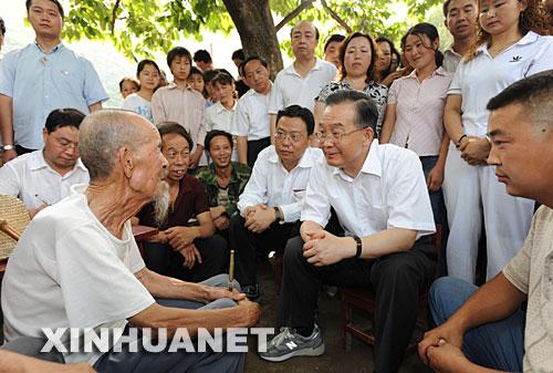 温家宝考察陕西甘肃灾区与小学生一同唱歌