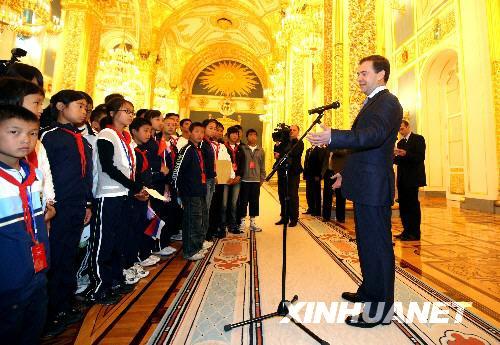 俄总统会见四川地震灾区中小学生代表(组图)