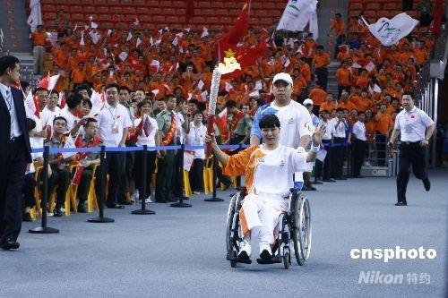 北京残奥会火炬在武汉传递