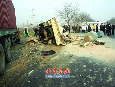青岛集装箱车雾中逆行撞翻小货车3死2伤(图)