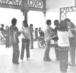这群依弟依妹在哪翩翩起舞(图)