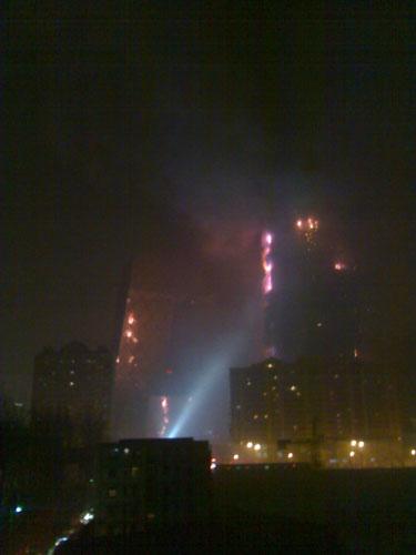 北京东三环呼家楼附近一处大厦发生大火(组图)