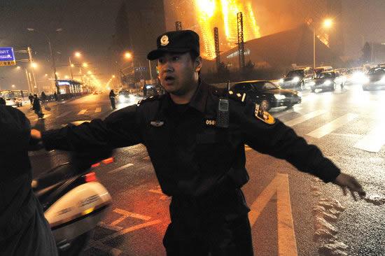 中央电视台新址配楼发生火灾特警维持秩序(图)