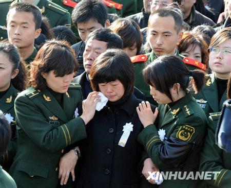 北京消防员追悼会举行央视台长与名主持送行