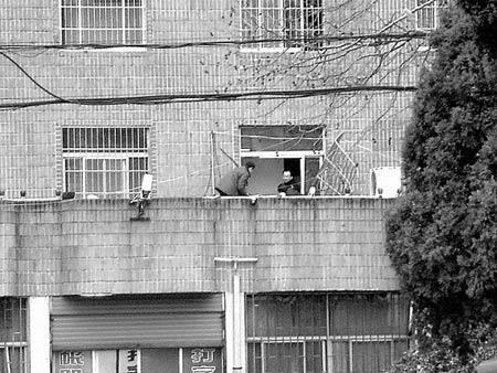 安徽固镇县财政局长跳下办公楼五楼身亡(组图)