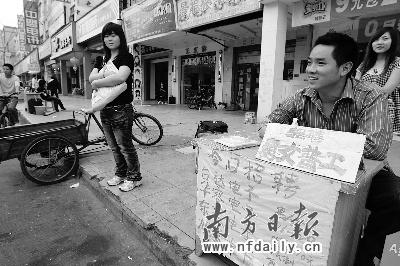 昨日下午,石碣台达二厂门口,一家自称是河南开封劳动局驻东莞办事处的