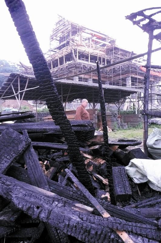 图片说明:着火的杉木堆后方建筑,就是总造价2000多万元的大雄宝殿