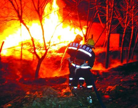 青岛首支民间消防队成立 在民政部门注册,免费