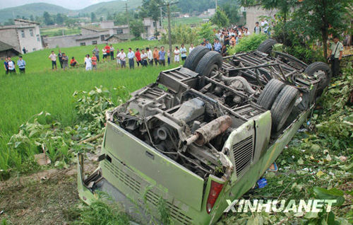 县境内发生一起客车翻车事故,导致4人死亡,33人受伤. 新华社发
