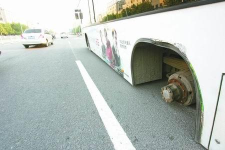 本报讯 昨天下午,一辆53路空调公交车行驶时,左后侧两个车轮