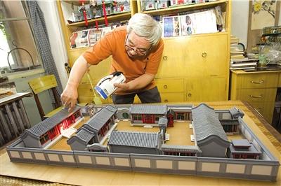 巧手老人用纸盒重现四合院风貌