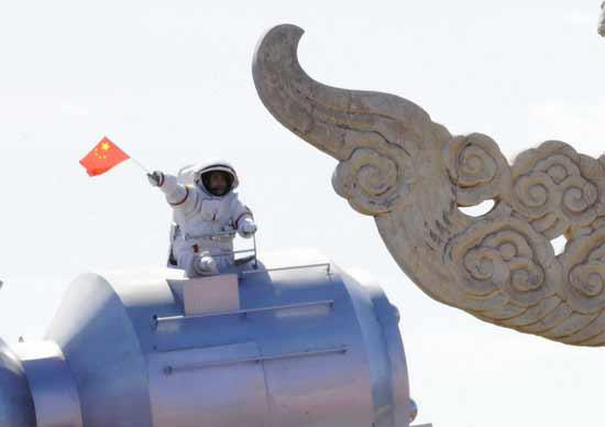 翟志刚再现中国人首次空间出舱永恒瞬间(图)
