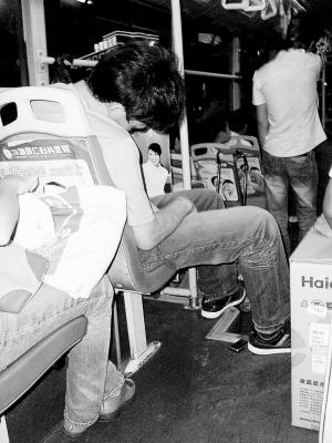 公共汽车上睡觉-公交车上 睡王 摇不醒高清图片