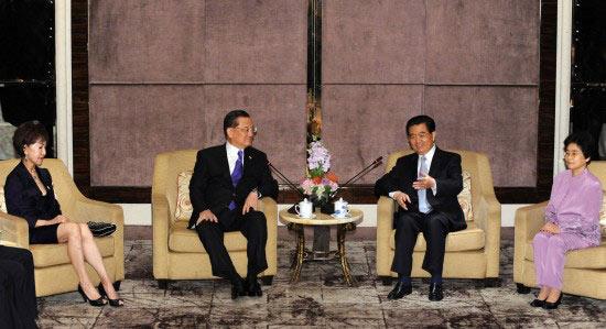 胡锦涛会见连战指出两岸关系实现历史性转折