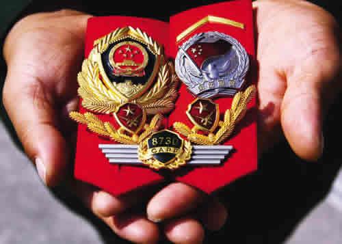 武警国防服役章_一名退伍老兵把相伴多年的警徽,士官肩章和国防服役章捧在手心,久久不