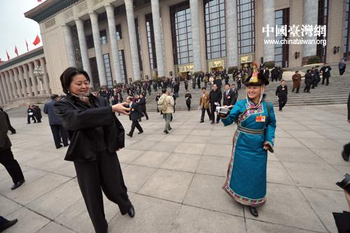 两会风景线:女性政协委员美丽相遇相互拍摄