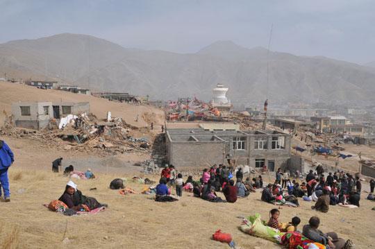 地震发生3小时后部分百姓被疏散到周围山上
